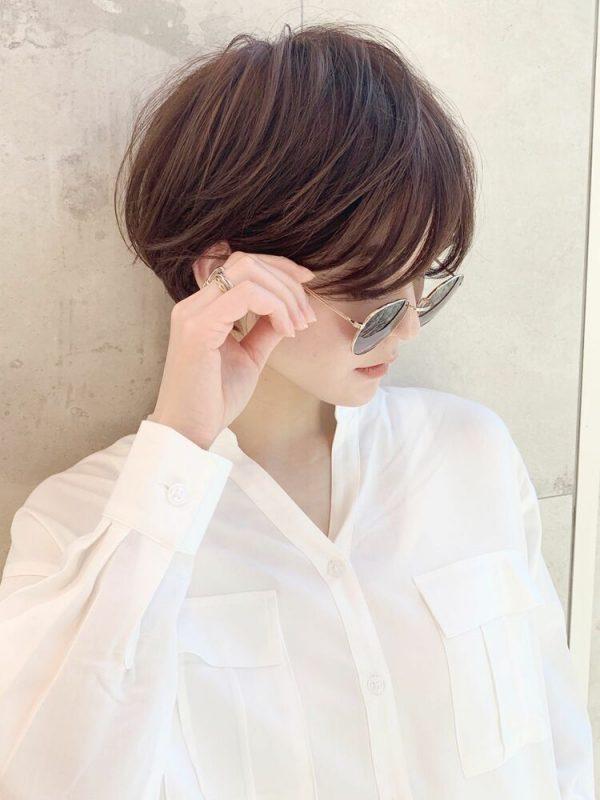 女性らしいフォルムのショートカット×メガネ
