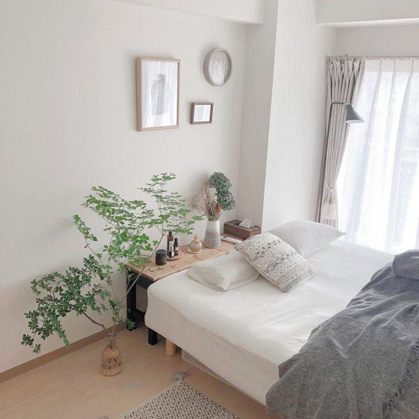 掃き出し窓前にベッドを置いた寝室レイアウト