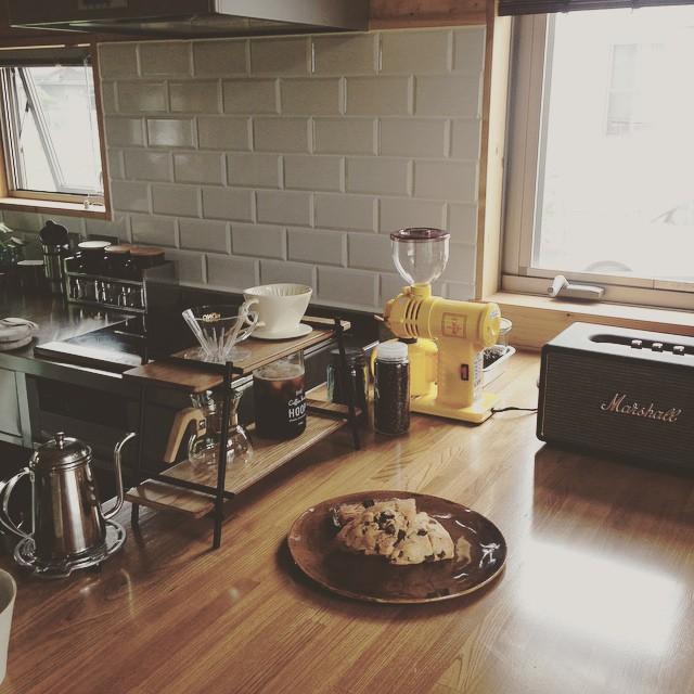 L型キッチンのカウンターにカフェ空間