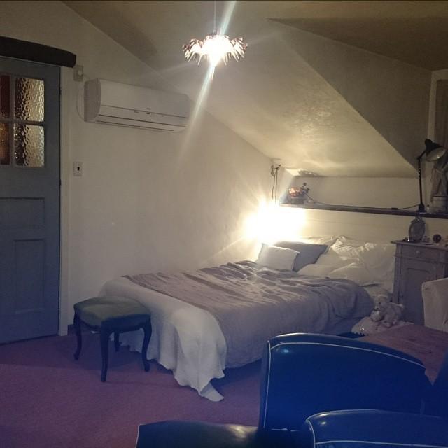 窓から離してベッドを置くレイアウト