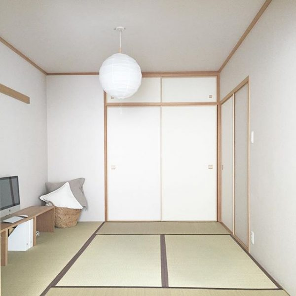 和室に大きな和紙の照明