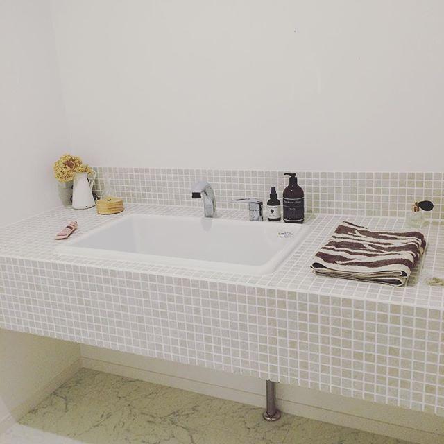 あえて壁付け鏡を置かない洗面所