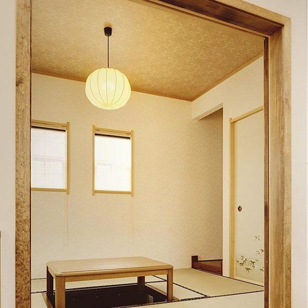 和室に丸い和紙の照明