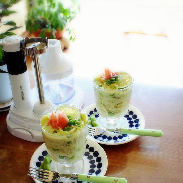 グラスに入れた枝豆と生クリームのパスタ