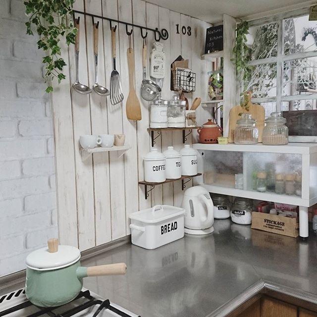 L型キッチンのコーナーに壁面収納