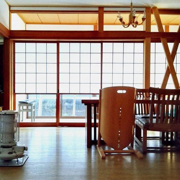 和室にモダンなダイニングテーブルを配置