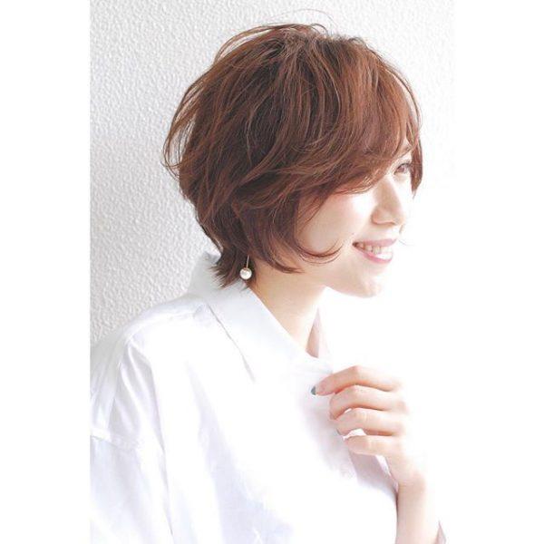エアリーな流し前髪×短めのボブヘア