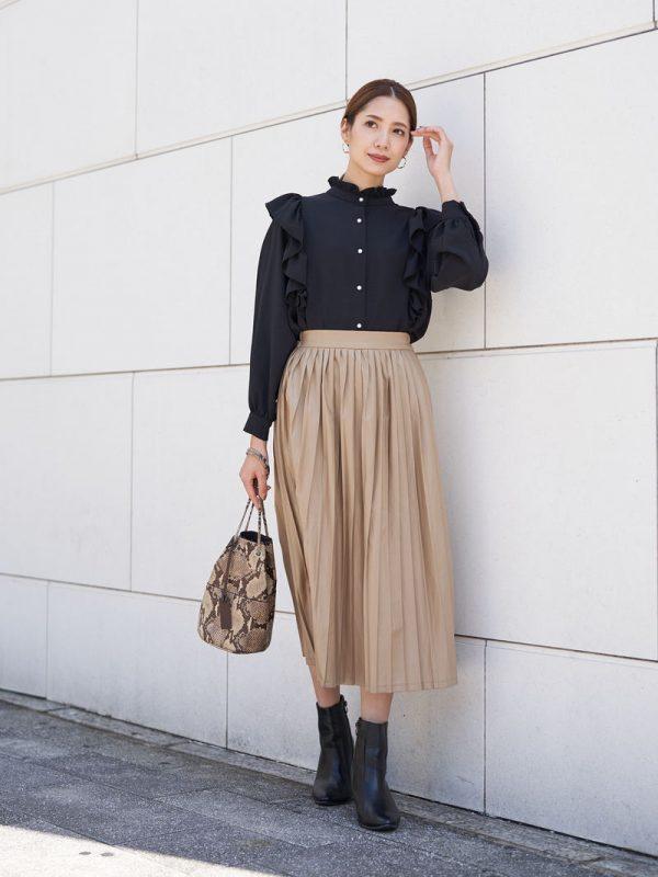 フリルブラウス×プリーツレザースカート