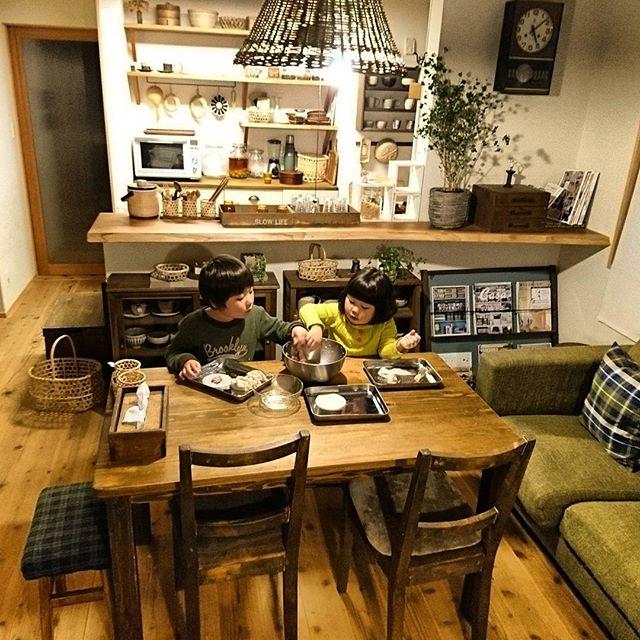 8畳にはテーブル横にソファのインテリア実例