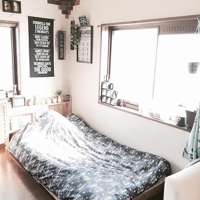 窓際に接してベッドを置くレイアウト