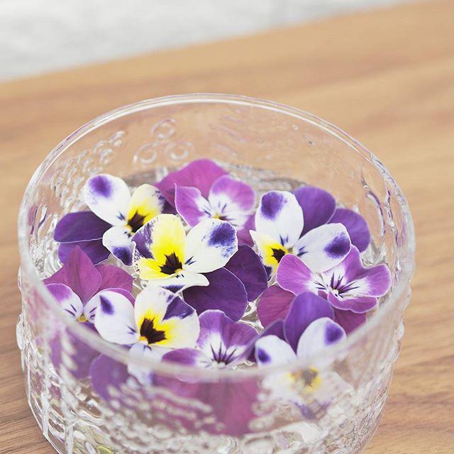 花を水に浮かべた部屋の飾り付け