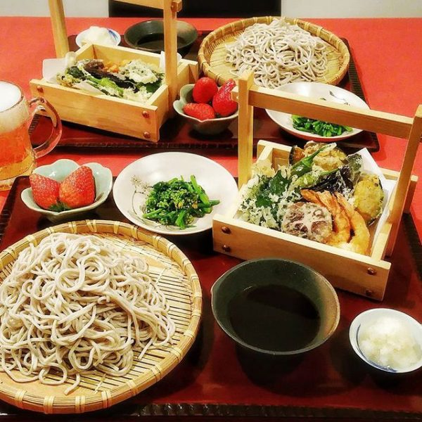 定番で人気!そばと天ぷら盛り合わせ