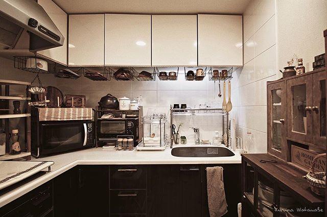 L型キッチンのコーナーに電子レンジ