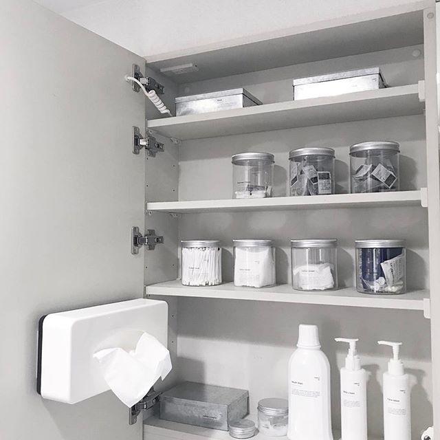 洗面台の鏡裏を整える
