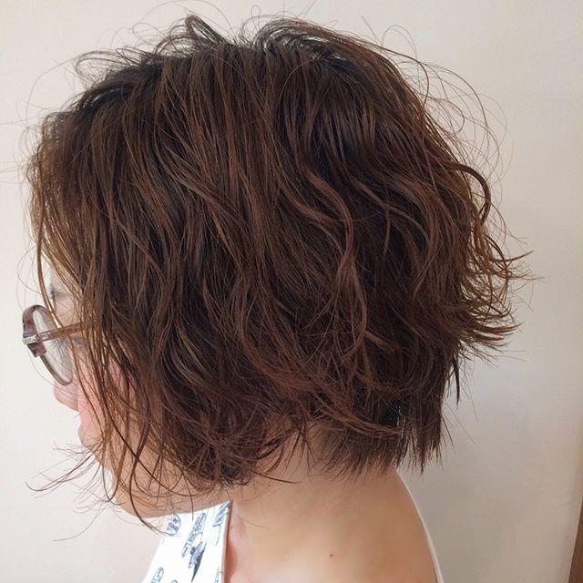 ソバージュパーマのショートヘア×メガネ