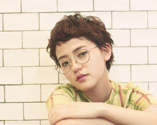 外国の少年風ショートヘア×メガネ