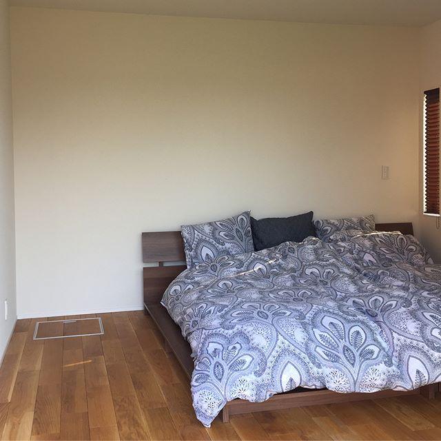 部屋の短い方の壁側にベッドを置くレイアウト
