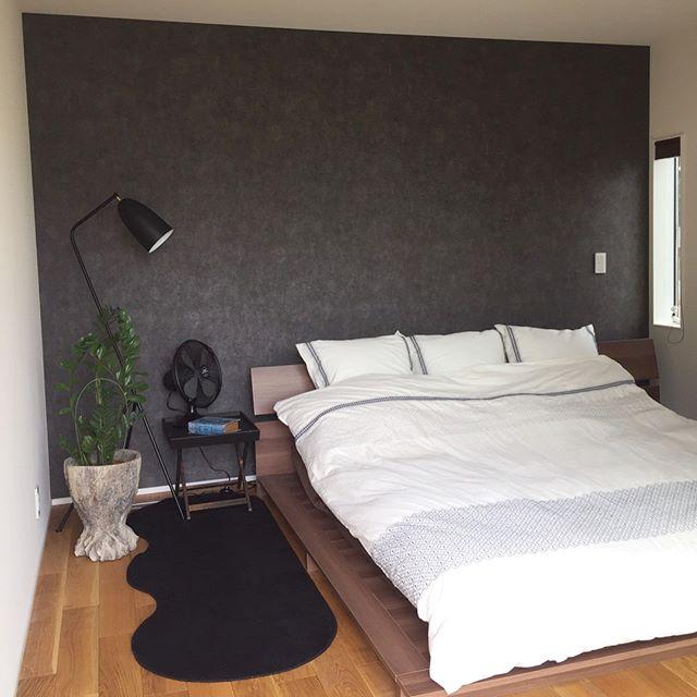 部屋の長い方の壁側にベッドを置くレイアウト