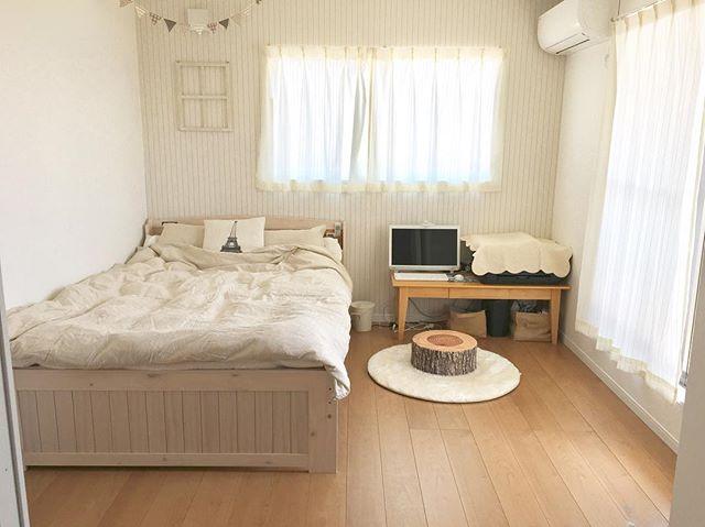 エアコンの壁と対角にベッドを置くレイアウト