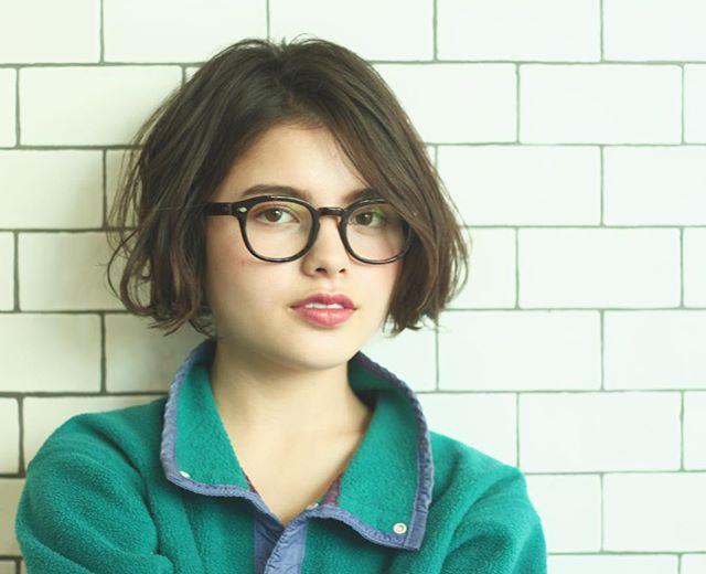 ワンレンボブのショートヘア×メガネ
