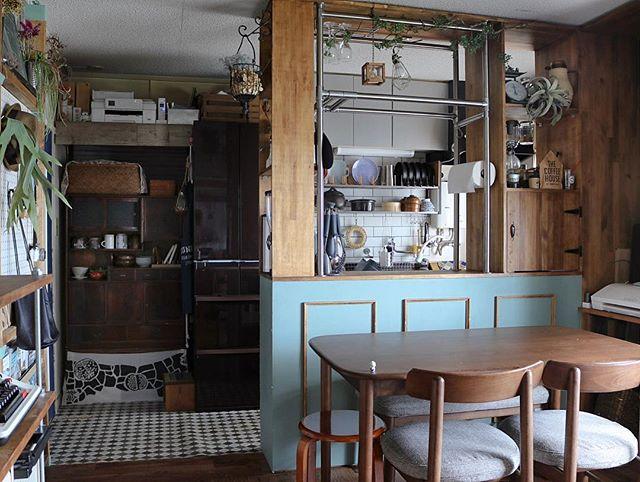 ワンルームキッチンに爽やか色の建具で仕切り