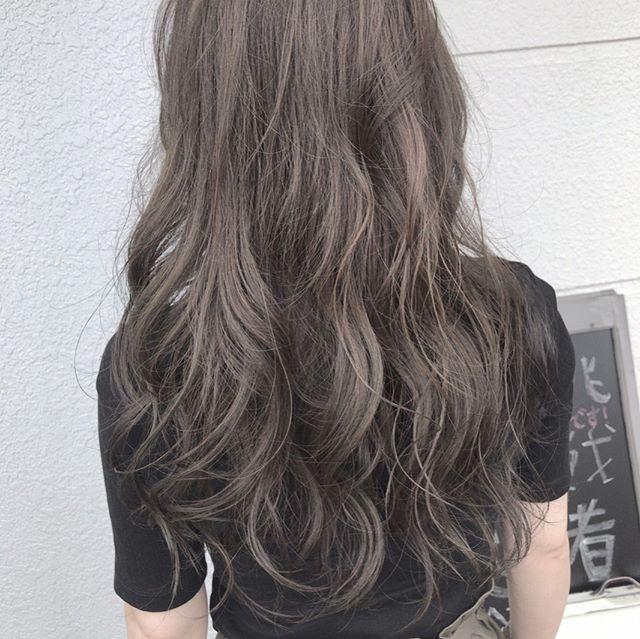 プラチナカラーの暗髪ロングヘアスタイル