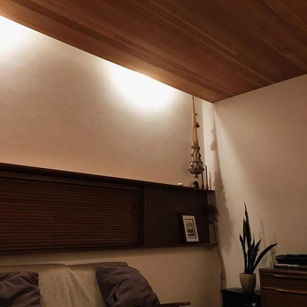 天井に隠したダウンライトでムーディーな照明