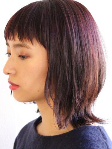 暗髪でも重くない暗めピンクのミディアムヘア