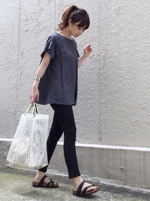 GU黒スキニー×グレーTシャツ