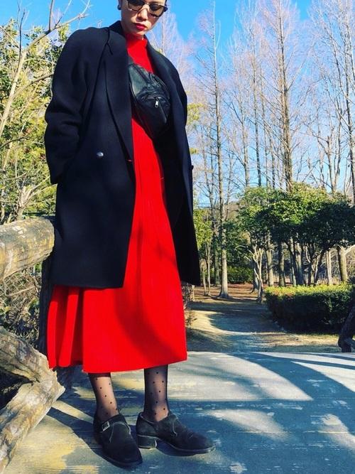 ユニクロ赤ワンピ×黒ロングコート