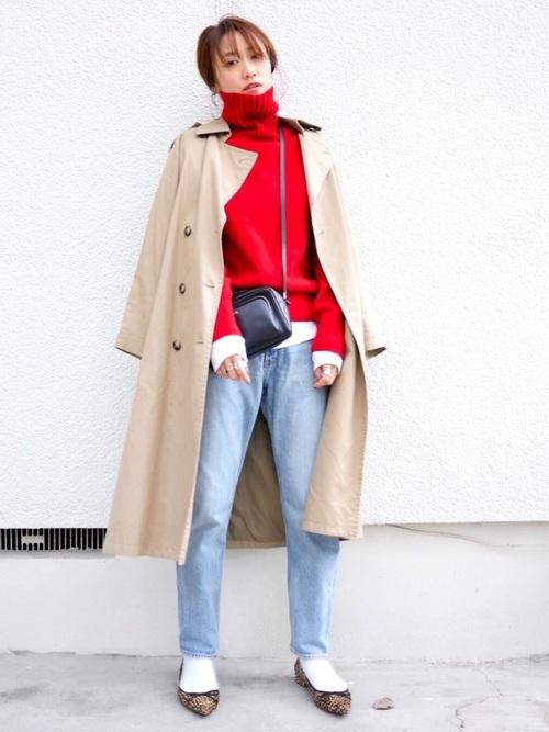 赤タートルネック×トレンチの冬コーデ