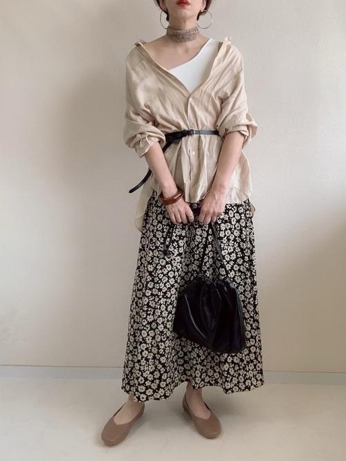 ベージュシャツ×花柄スカート