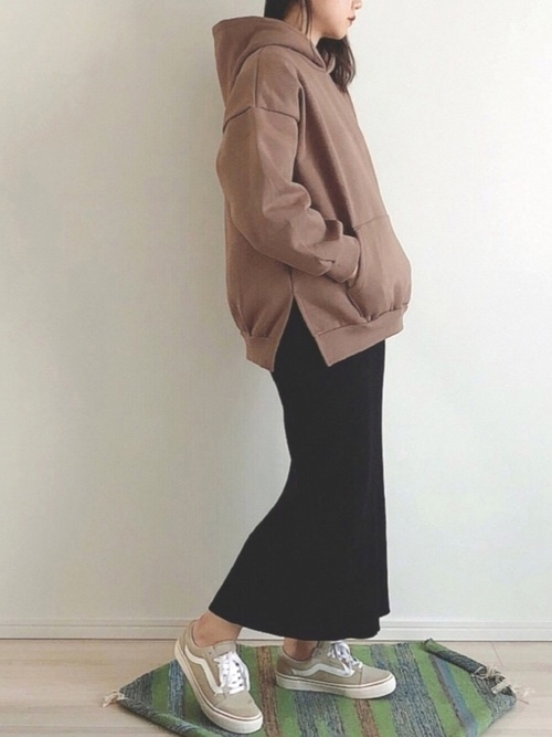 ベージュスニーカー×タイトスカート