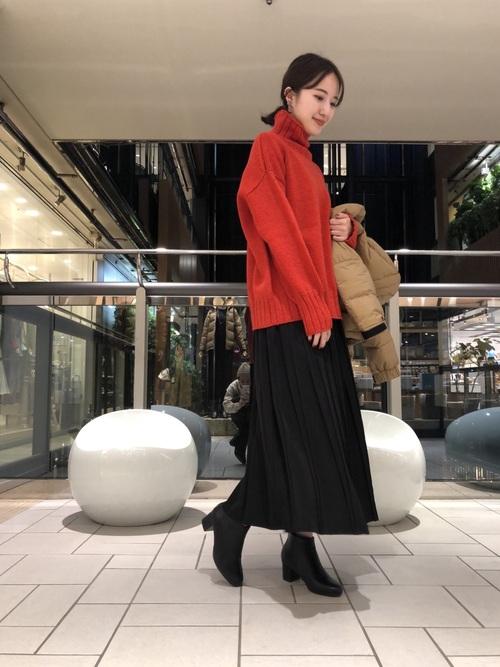 赤タートルネック×黒スカートの冬コーデ