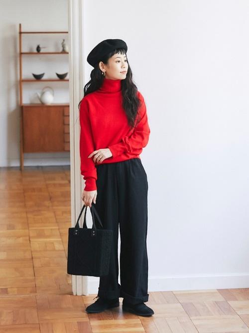 赤タートルネック×黒パンツの冬コーデ