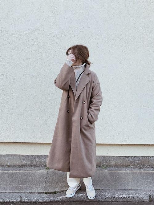 ベージュスニーカー×茶色コート