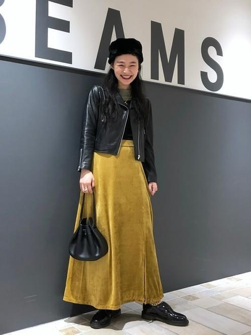 黄色ベロアスカート×ジャケットの冬コーデ