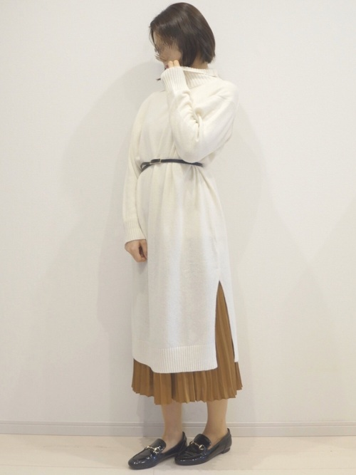 ユニクロ白ニットワンピ×スカート