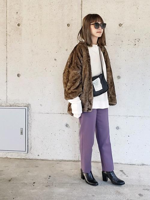 茶色ファーコート×紫テーパードパンツ