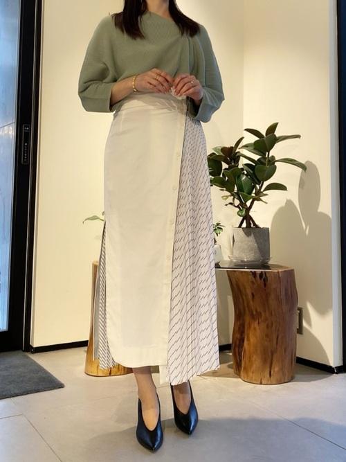 緑ニット×切り替えスカートの冬の服装