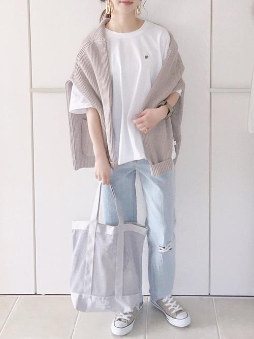 ベージュスニーカー×白ビッグTシャツコーデ