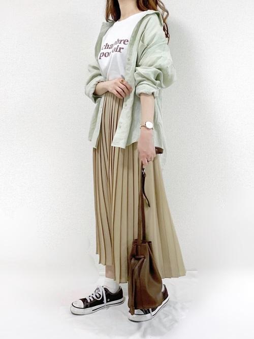 リネンシャツ×プリーツスカート