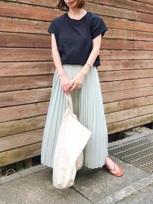ネイビーTシャツ×プリーツスカート