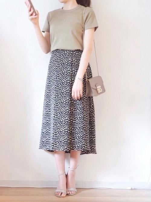 ユニクロTシャツ×柄ロングスカート