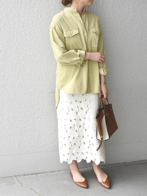 コーデュロイシャツ×レースタイト白スカート