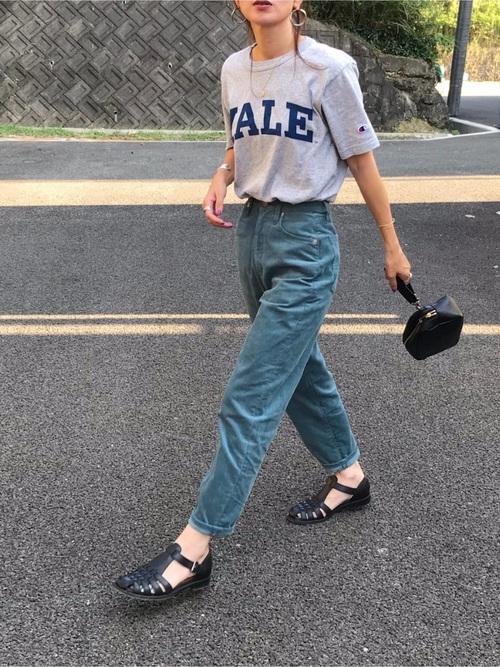 ロゴTシャツ×デニムパンツ