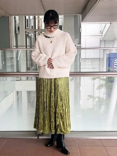 緑ベロアスカート×白ニットの冬コーデ