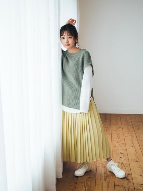 ユニクロのニットベスト×プリーツスカート
