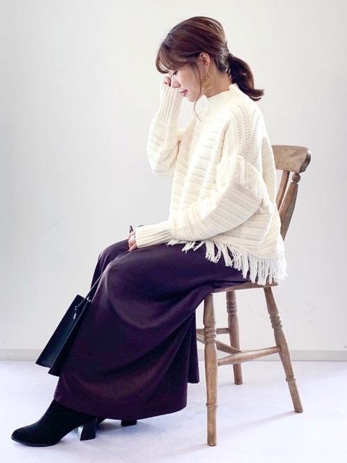 白フリンジニット×紫スカートの冬コーデ