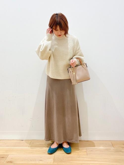 茶色ベロアスカート×白ハイネックニット